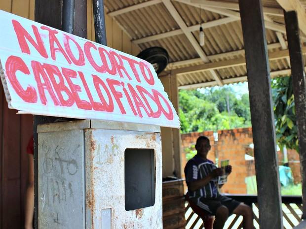 Torres, que foi auxiliar e canoeiro no hotel Ariaú, ganha a vida como barbeiro na Vila que leva o mesmo nome do hotel (Foto: Marcos Dantas)