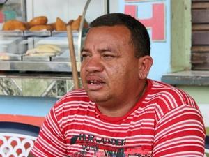 Oliveira, que foi canoeiro no hotel, vende alimentos em um lanche na Vila Ariaú (Foto: Leandro Tapajós/G1 AM)