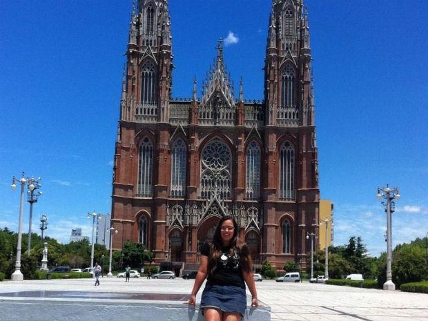 Rebeca Bonel na Catedral de La Plata, na Argentina (Foto: Rebeca Bonel/Arquivo Pessoal)