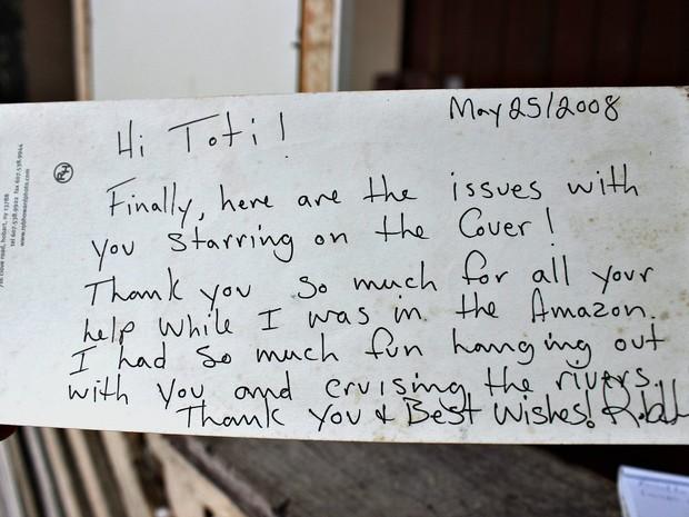 Torres mostra cartão que recebeu de um dos turistas do hotel (Foto: Marcos Dantas)