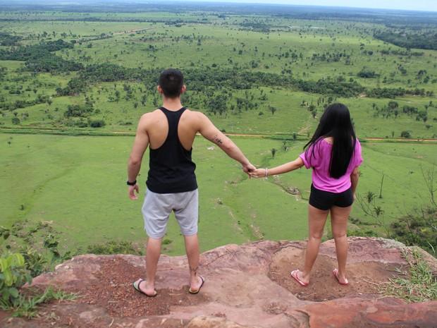 Casal aprecia vista em serra de Guajará-Mirim (Foto: Júnior Freitas/G1)
